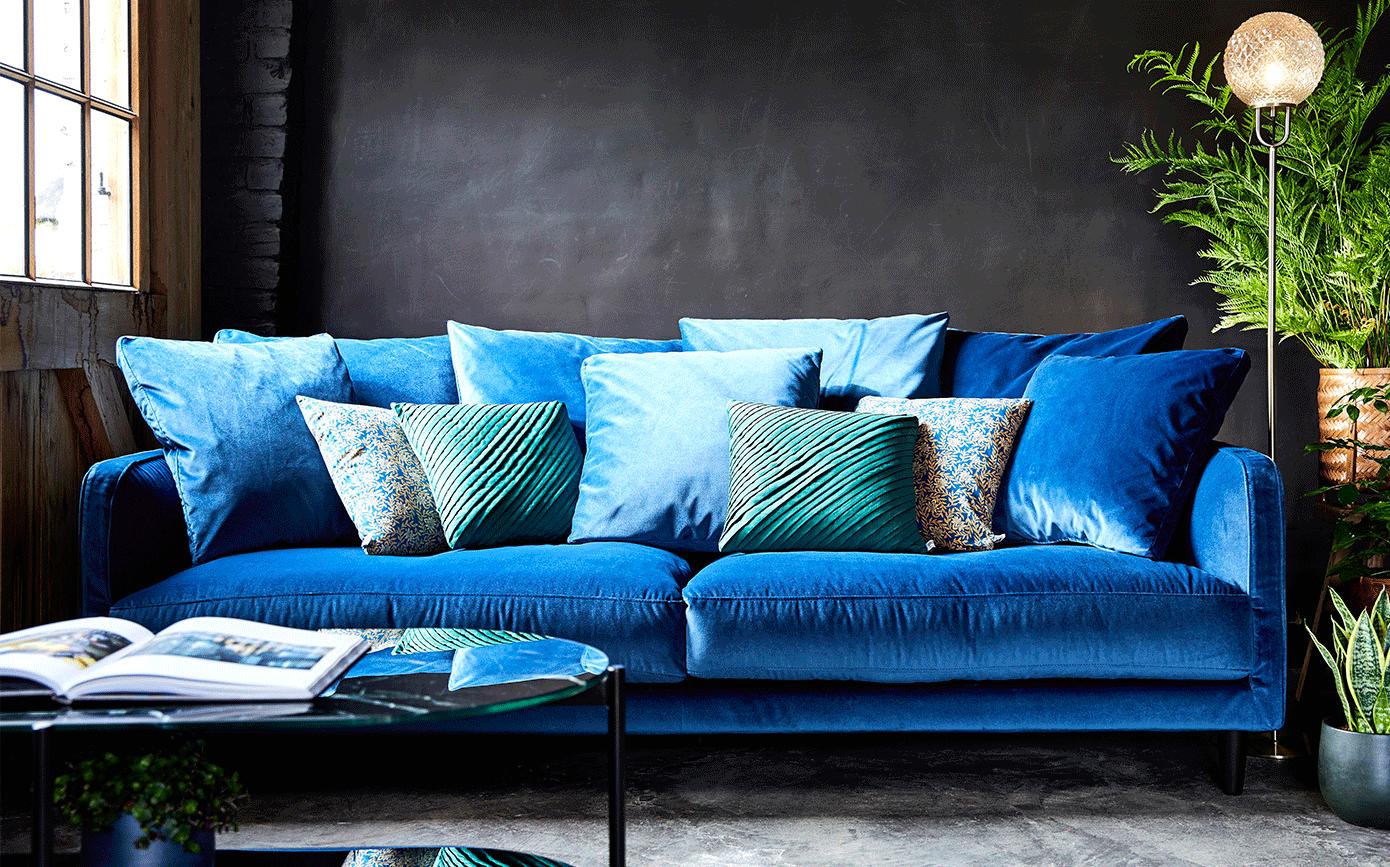 canap 4 places fixe en velours bleu figuerolles lenita. Black Bedroom Furniture Sets. Home Design Ideas