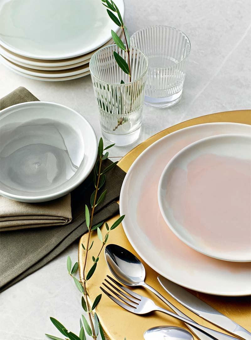 assiettes en faience rose