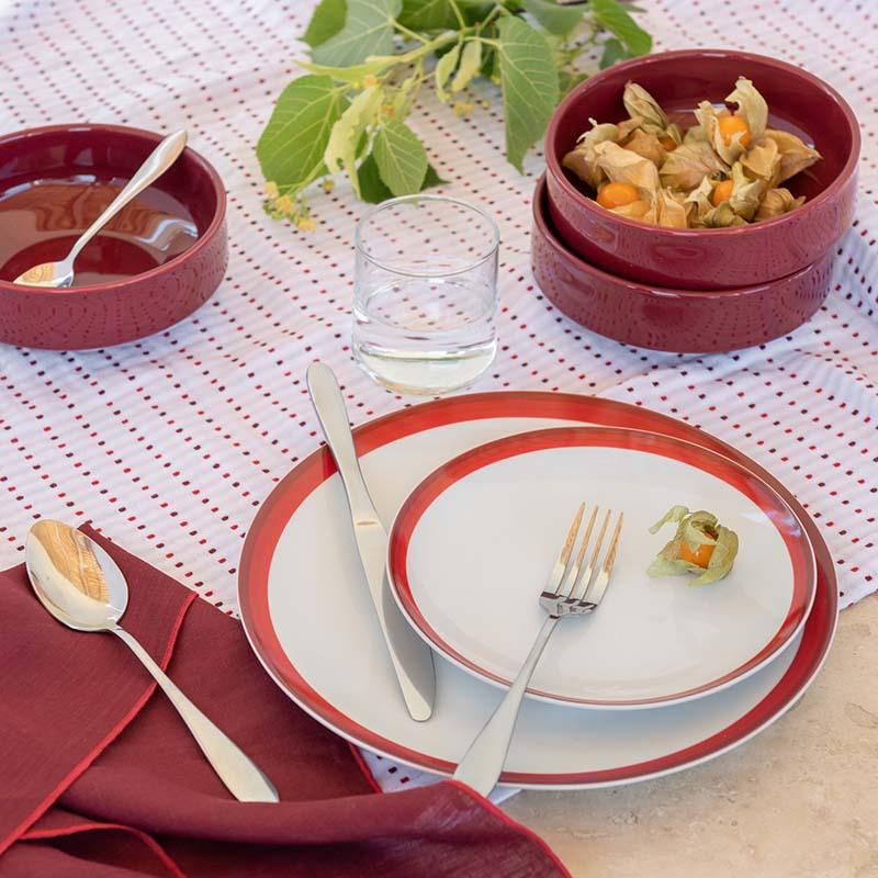 assiette et linge de table rouge et blanc