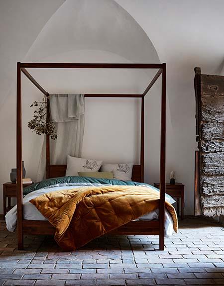 lit à baldaquin avec édredon en velours