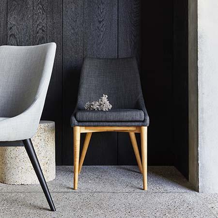 Chaise en tissu gris foncé piétement bois