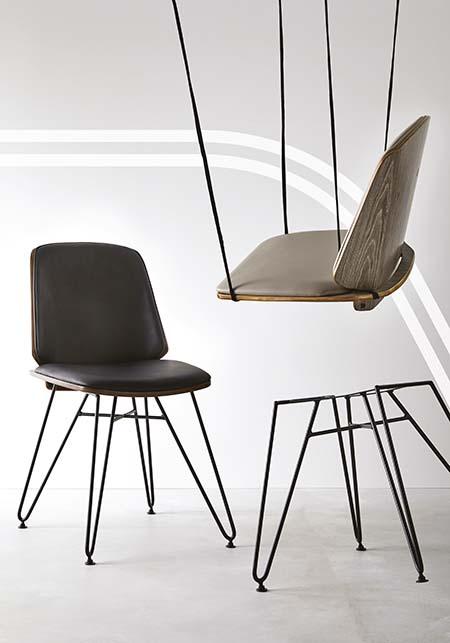 Chaise en simili gris foncé piétement métal