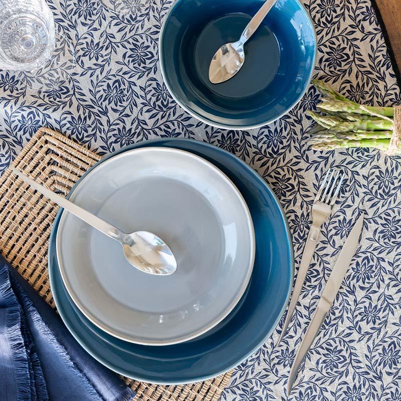 assiette en faïence bleu et nappe à motif