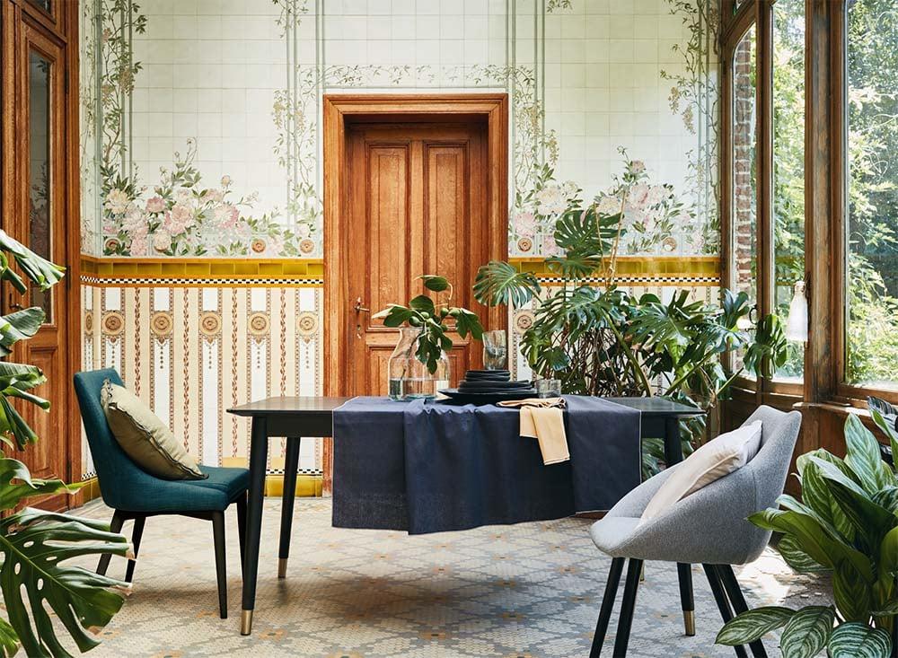 table et chaises pour salle à manger contemporaine aux notes exotiques
