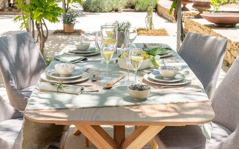 vaisselle patinée et set de table en jute
