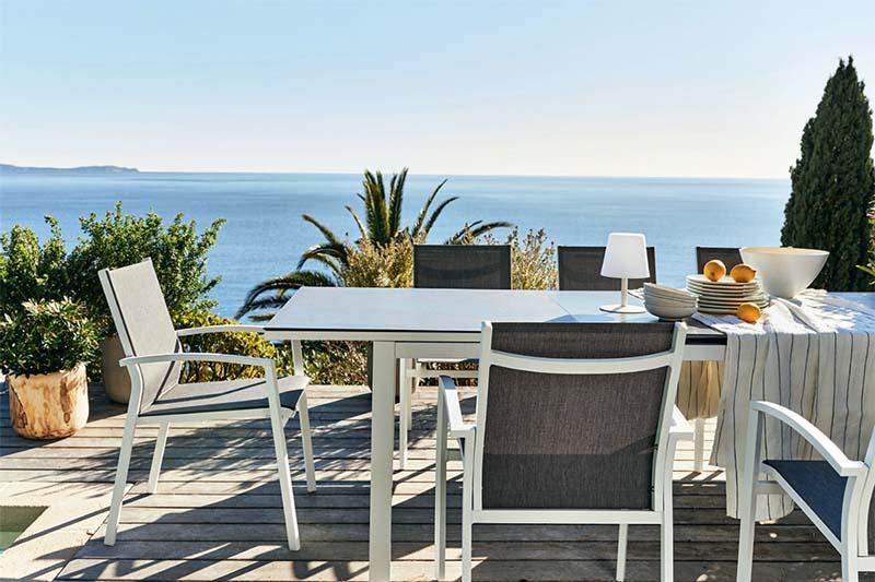 fauteuil et table de jardin extensible