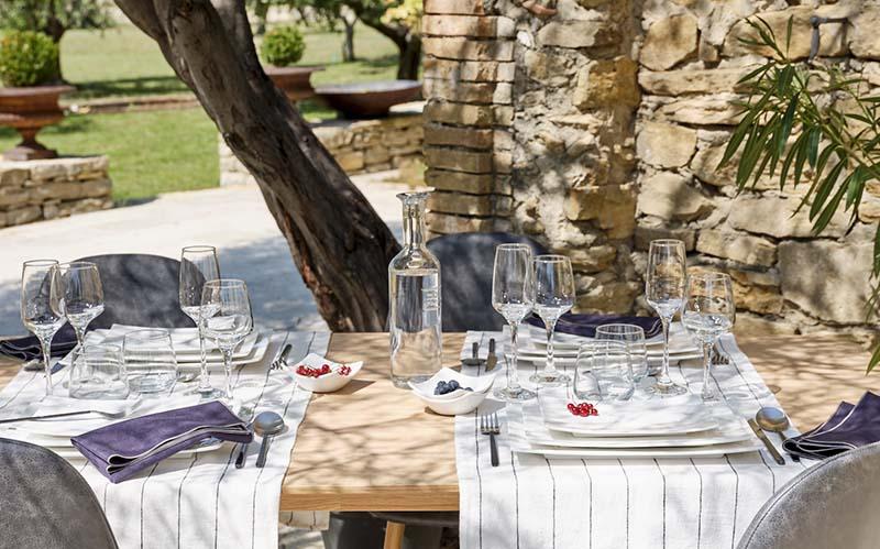table et vaisselle hôtelière