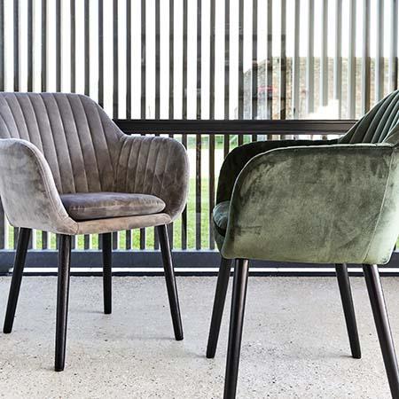 fauteuils vintages en velours style rétro